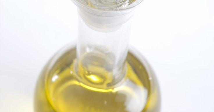Azeite de oliva em tratamento para caspa. Os benefícios gerais de saúde do consumo de azeite são amplamente conhecidos, mas ele também pode ser aplicado especificamente para o tratamento de alguns problemas capilares, incluindo o couro cabeludo seco e com caspa. O azeite de oliva pode ser encontrado em uma série de produtos para o cuidado da pele e dos cabelos, partindo de sabonetes até ...
