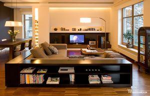 Salon z dużą, narożną sofą firmy Perobell, wokół sofy pomocnik drewniany. www.bartekwlodarczyk.com