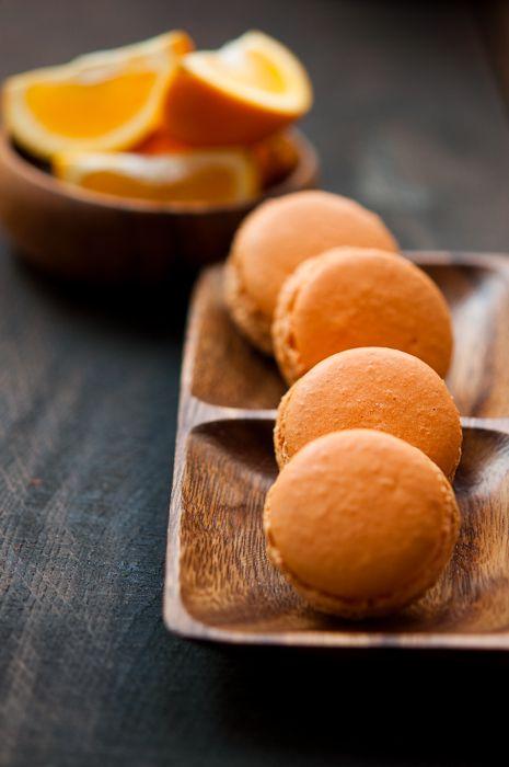 В выходные делала апельсиновые и лимонные макаронс - рецепт все тот же , оранжевый и желтый красители, а начинка из маскарпоне с лимонным курдом для лимонных…