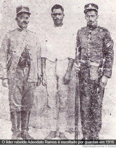 Guerra do Contestado: Adeodato Ramos, o último líder rebelde (entre os dois policiais), é preso, em agosto de 1916.
