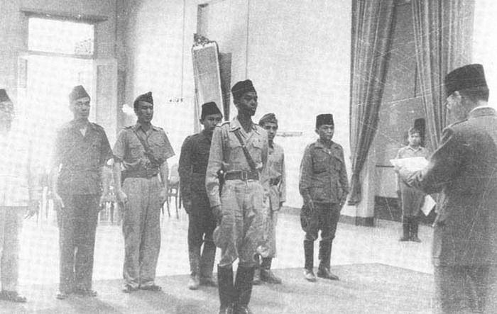 Presiden Sukarno melantik Jendral Sudirman sebagai panglima TNI 3 Juni 1947 di Gedung Agung Jogjakarta