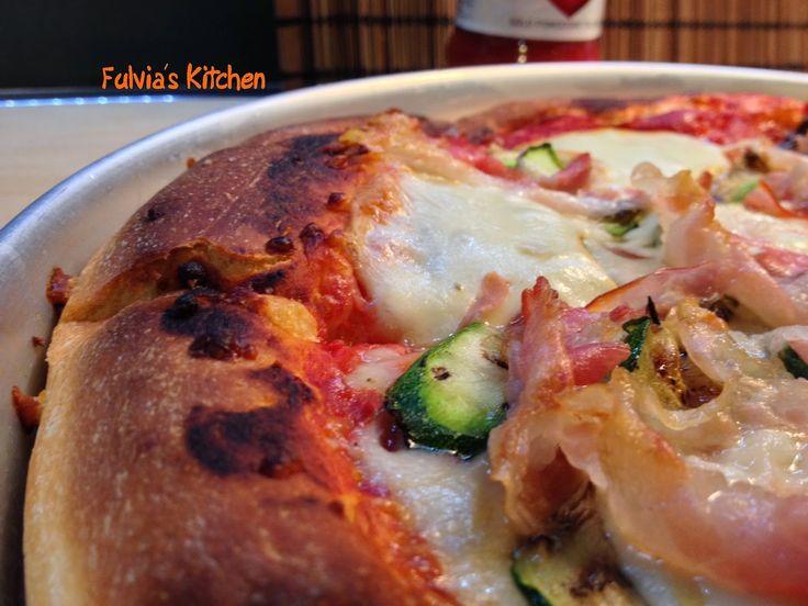 Fulvia's Kitchen: #Pizza con #pancetta, #zucchine grigliate, #scamorza #affumicata e #Passata #LaVerace #Cirio a #lievitazione mista