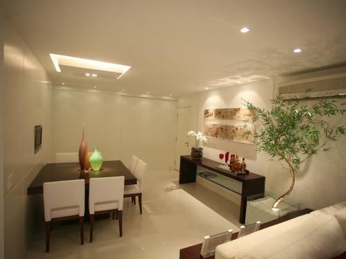 A arquiteta Denise Cadore incluiu um grande caso de bambu mossô neste projeto para uma sala de estar na Zona Oeste carioca Foto: Divulgação