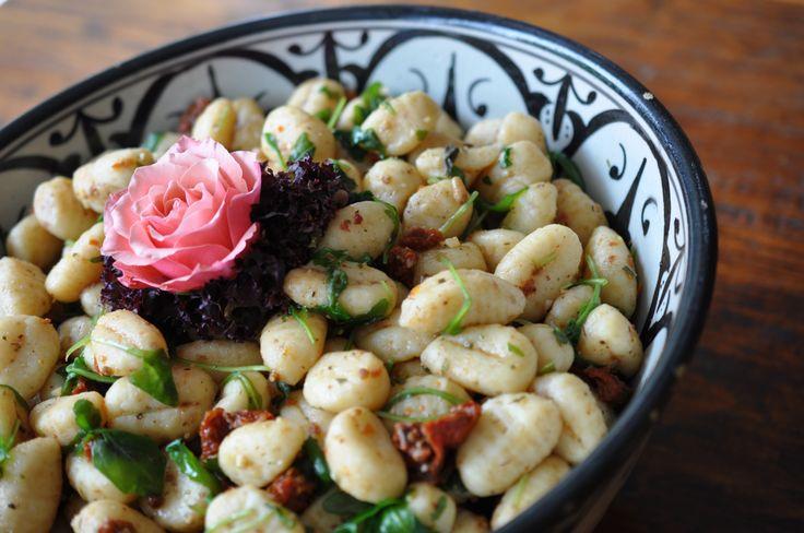 Gnocchi-Salat mit Pesto, eingelegten Tomaten und Rucola