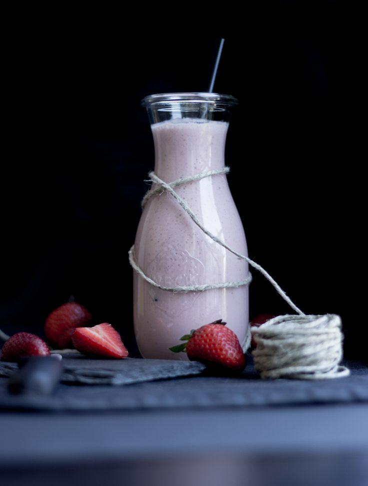 #milchshake mit #erdbeere und #kokos – – Zutaten für 1-2 Personen sind: 1 Esslöffel Kokoscreme,  8 Erdbeeren,  1 Spritzer Zitrone alternativ Zitronenaroma,  2 Esslöffel Honig  1/2 Liter Milch. Alle Zutaten abgesehen von der Milch in den Mixer geben und zu einem Brei mixen. Alles gut vermischt? Dann nichts wie rein mit der Milch und erneut mixen. Jetzt servieren oder einfach alleine genießen! Guten! :)