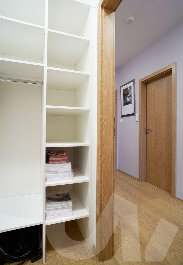 Realizace celého bytu Praha Řešení úložného prostoru ve skříni
