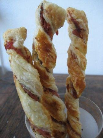 Spirali di pasta sfoglia con semi di papavero e prosciutto crudo o cotto