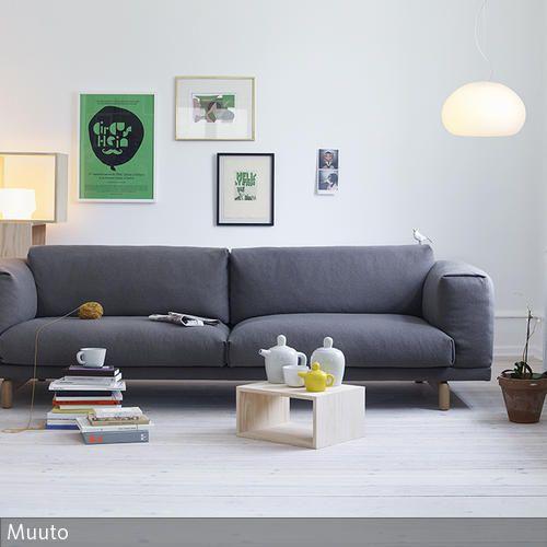Der graue Zweisitzer von Muuto bildet den Mittelpunkt dieses natürlichen Wohnzimmers. Ausgewählte Farbakzente in Form von Bildern und Dekoelementen lassen den …