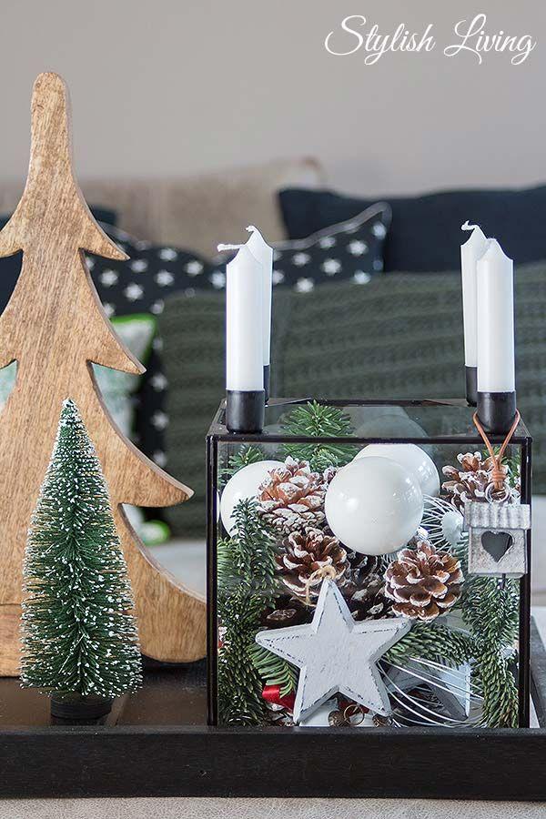 weihnachtlich dekorierter Glaskasten mit Kerzen
