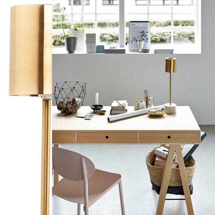 House Doctor Marble Bordlampe Messing - Med bordlampen Marble har House Doctor skapt en flott, men likevel enkel lampe, med et varmt og elegant utseende. Lampeskjermen er laget av messingbelagt stål som hviler på en fantastisk marmorbase. Denne lekre kombinasjonen av naturlige materialer vil legge en varm og delikat glød til enhver dekor.