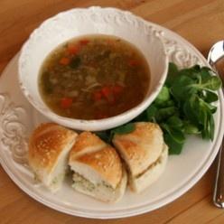 Groentesoep met balletjes: Heldere bouillon met veel verse groenten en rundergehaktballetjes.