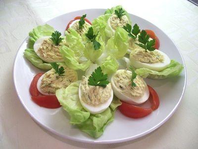 Töltött tojás hidegen salátávla