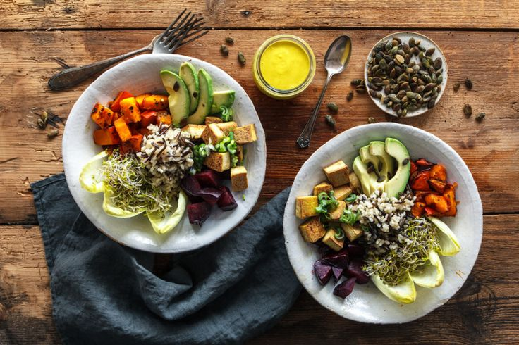 Vegan Good Life Bowl mit Ofengemuese & Kurkumadressing - eat-this.org