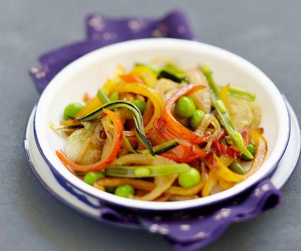 Découvrez cette recette rapide du wok de légumes à la sauce soja , signée Cyril Lignac.