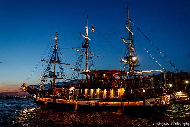● Thessaloniki - White tower. The beautiful Arampella boat - Bar -   ● Θεσσαλονίκη - Περιοχή Λευκού Πύργου. Η Αραμπέλλα, ένα από τα 3 καραβάκια - πλωτά μπάρ του Θερμαϊκού  ● #thessaloniki #boats #arabella #white #tower #night #greece #macedonia #nea #paralia #θεσσαλονικη #νεα #παραλια #νυχτερινη #αραμπελα #καραβακια #λευκος #πυργος