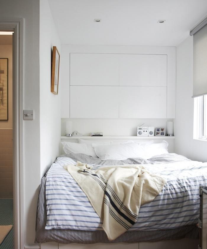 Petite chambre pratique avec des rangements placés au dessus du lit. Pratique pour éviter de perdre de la place !