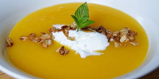 Den her dessert er SÅ nem at lave, og så smager den bare helt forrygende med kombinationen af mango, appelsin og de sprøde havregryn på toppen.
