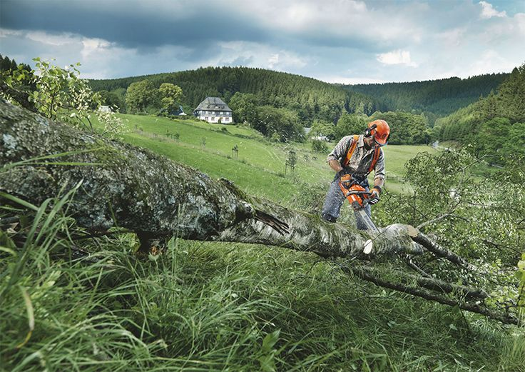 Husqvarna 445 e-series TrioBrake™ is a powerful all-round saw for people who value professional qualities in a saw.