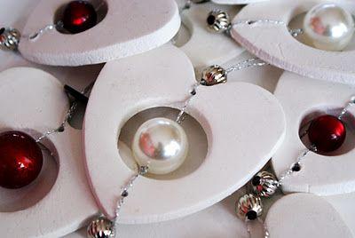 Prachtige kerstornamenten, gemaakt met fimo klei en glas kralen!  Ook prachtig in het licht blauw en zilver...