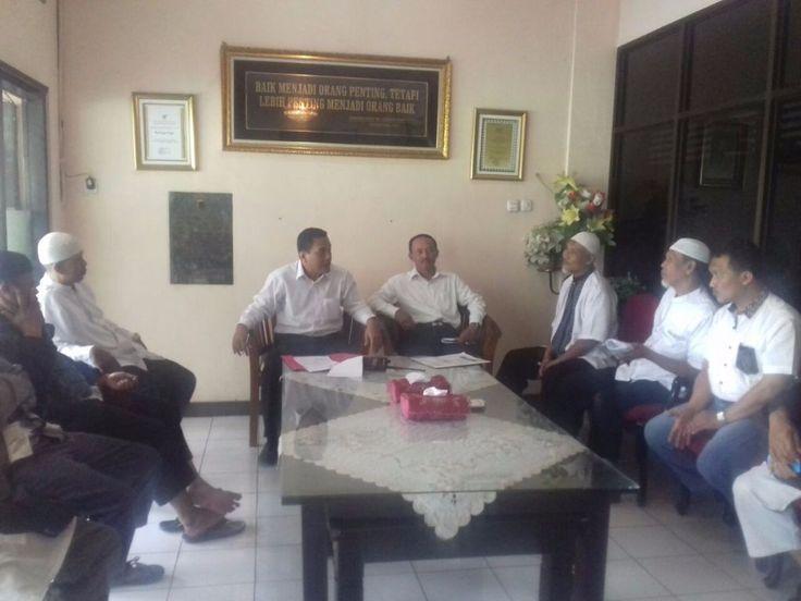 """4 Aktivis Islam Solo ditangkap polisi  SOLO (Arrahmah.com) - Sejumlah aktivis Islam Solo ditangkap polisi dini hari tadi. Tepatnya empat orang pengurus Laskar Umat Islam Surakarta ( LUIS) ditangkap Polda Jawa Tengah (Jateng) Selasa (20/12/2016) jam 02.00  Mereka adalah Edi Lukito Ketua LUIS Yusuf Suparno Sekjend LUIS Endro Sudarsono Humas LUIS dan Joko Sutarto pengacara.  """"Dari empat orang itu yang ada surat penangkapannya cuman mas Endro """" lapor Ranu wartawan Panjimas.com kepada redaksi…"""
