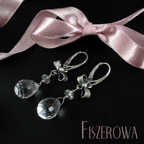 FISZEROWA - Pensjonarki == Bardzo delikatne, skromne kolczyki wykonane z oksydowanego srebra oraz kryształów Swarovskiego. Duże, drobno fasetowane krople pięknie odbijają światło, dzięki czemu kolczyki stają się widoczne i zwracające uwagę.  Długość całkowita kolczyków: 5,3 cm.