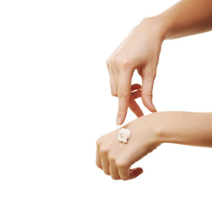 La hidrocortisona es un corticosteroide tópico de escasa potencia. Sus efectos terapéuticos se deben a su capacidad para producir vasoconstricción, disminuir la permeabilidad de las membranas e inhibi
