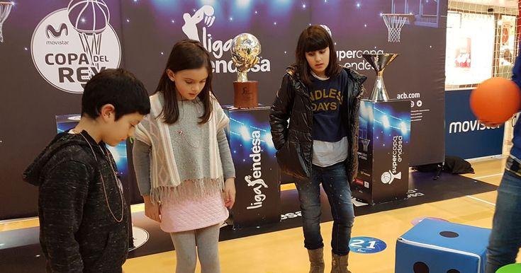 Max Center acoge una exposición de la liga de baloncesto con trofeos y juegos