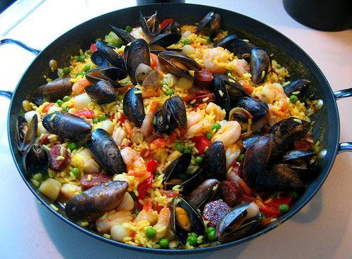 Ingredienti per 4 persone: gr 320 di riso parboiled dl 8 di brodo di pesce 1 bustina di zafferano ½ peperone rosso 2 pomodori maturi ...
