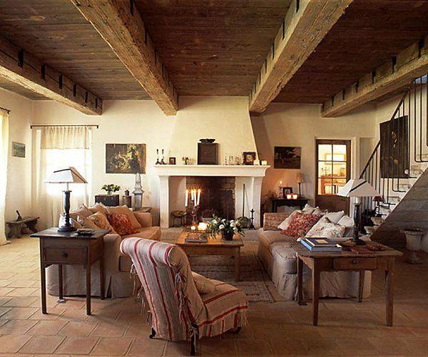 Le salon et sa belle cheminée