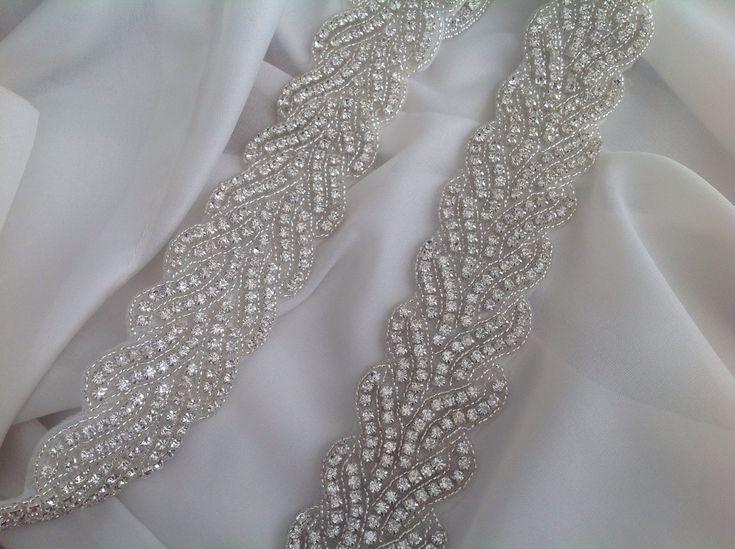 Cinto Noiva todo bordada a mão em cristais e mini miçangas com comprimento da faixa bordada sob encomenda e fechamento em fita de cetim.
