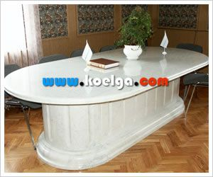 Мраморные столы.
