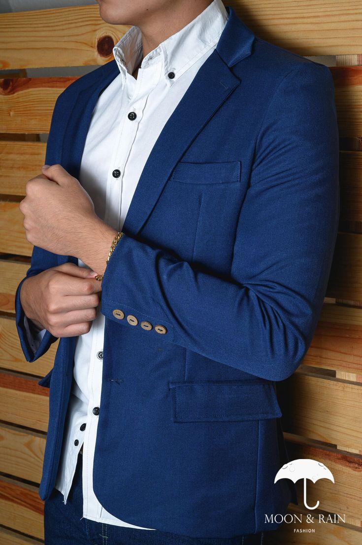 Outfit para hombre; Camisa slim fit blanca, blazer azul rey y pantalón de mezclilla   Hecho en México por Moon & Rain y Tiendas Platino High Fashion Men, Mens Fashion, Double Breasted Suit, Suit Jacket, Formal, Jackets, Outfits, Denim Jeans, Tents