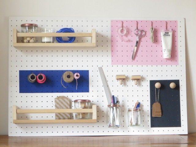 Dans un petit espace, l'organisation est de mise. Un organiseur mural permet d'avoir tout votre matériel de bureau à portée de main et de dégager la table d