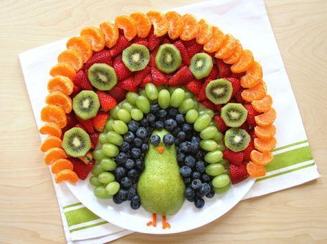 Bunter Obst-Pfau aus verschiedenen Obstsorten