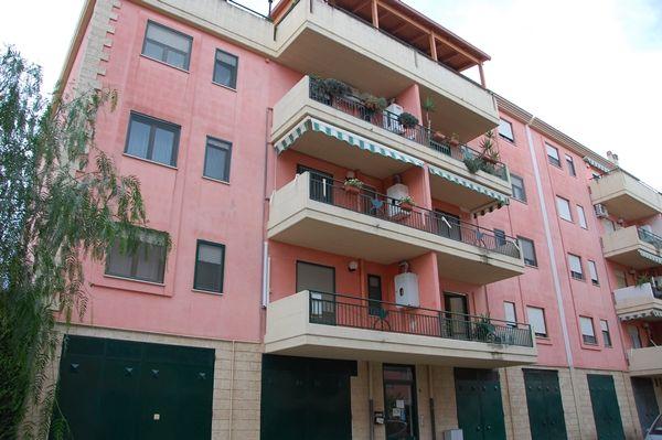 """Bellissimo appartamento in complesso residenziale, al terzo piano con ascensore composto da salone, cucinino e soggiorno, due camere da letto, ampio ripostiglio/studio e bagno con vasca e piatto doccia. L'appartamento e dotato di allarme, tende da sole e zanzariere su tutti gli infissi. Comodo garage a piano terra, soppalcato di 19 mq con acqua. Posto auto esterno recintato. Cl.Energ:""""G"""". Rif:R311"""