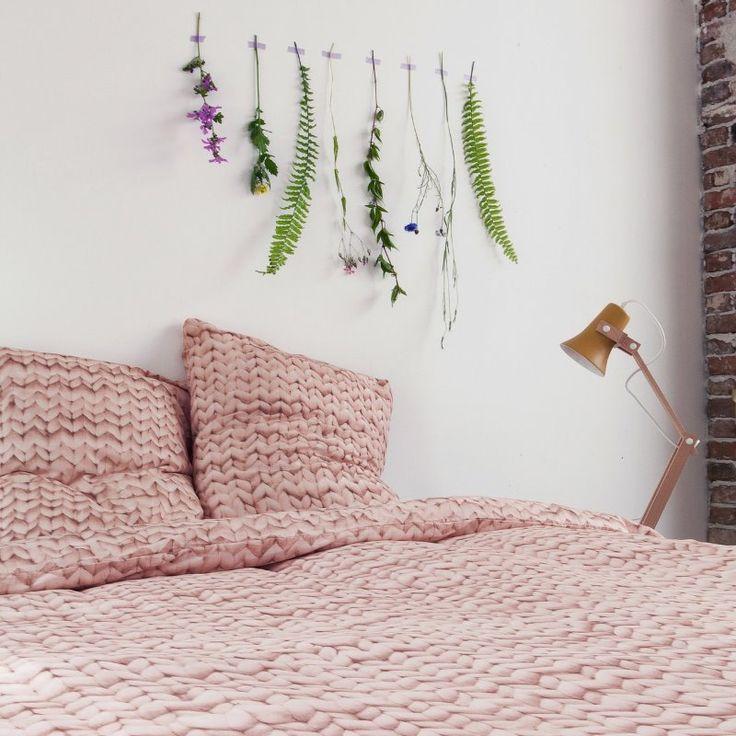 Twirre Rosa Sengesett Fra Snurk. Dette og mange andre flotte design finner dere på vår nettbutikk: http://www.sengemakeriet.com/webshop.aspx?pageid=78949&catId=23155&groupId=27825&Product=112306#products