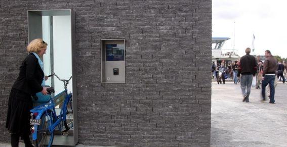 De automatische ondergrondse fietsenstalling in Amsterdam Noord, een dergelijk systeem moet op de Amsterdamse daken komen. Foto:Novum  Gemeente wil fietsenstalling op daken in Amsterdam  De fietsen zouden via een lift op de daken of langs de gevels worden geplaatst. Zo'n liftsysteem is nu al in werking bij de parkeerplaats bij de pont in Amsterdam-Noord, maar dan ondergronds.