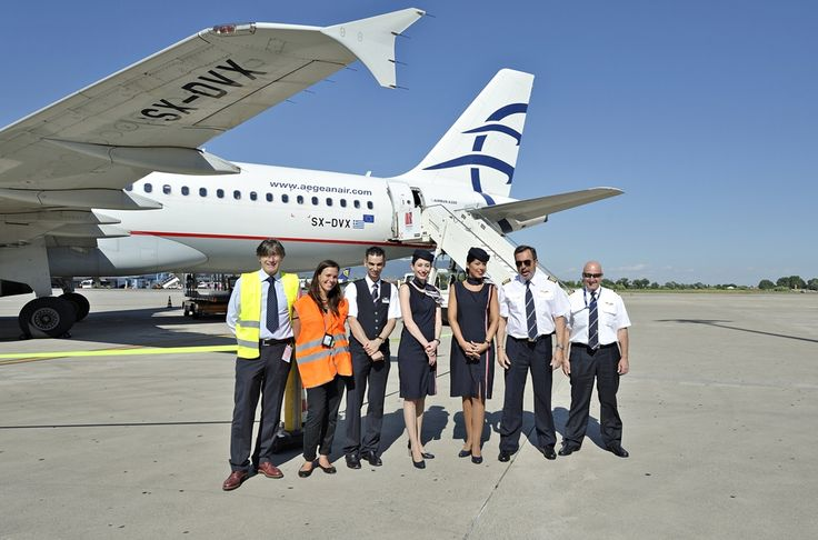 ο κύριος Enrico Palombarini Regional Manager της Aegean και η κυρία Ελένη Καραντώνη υπεύθυνη δημοσίων σχέσεων του αεροδρομίου της Πίζας φωτογραφίζονται με το πλήρωμα της πτήσης. Σας παρουσιάζω το πλήρωμα της καμπίνας Andreas Glampedakis, Eleftheria Kounoupa, Elena Bauten, Maria Ariadni Tsintiri τούς ευχαριστώ πολύ