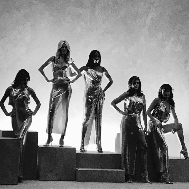 Донателла Версаче вывела на подиум легендарных моделей #КарлаБруни #ХеленКристнесен #КлаудиаШиффер #ДонателлаВерсаче #НаомиКэмпбелл #СиндиКроуфорд