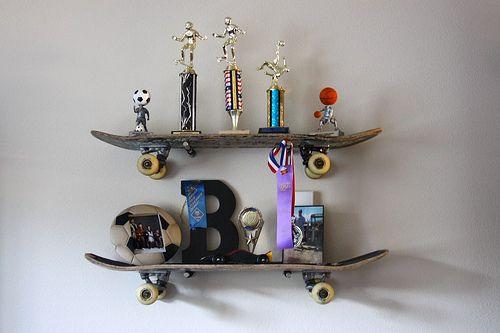 Estantes hechos con patinetes