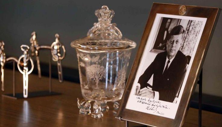 El retrato autografiado de Kennedy y los otros regalos que recibió la reina Isabel