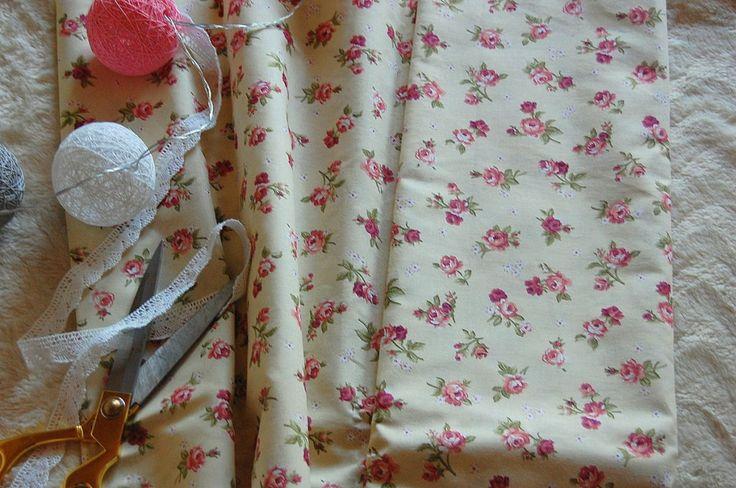 Kupon tkaniny drobne czerwone różyczki na kremowym tle tilda Fabric lenght cute red roses tilda doll