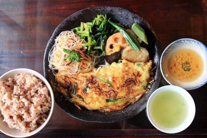 神奈川県の江の島で、ランチタイムのみオープンする隠れ家的なお店を見つけました。古民家をリフォームした「みちくさ食堂」では、アジア料理がワンプレートに盛りつけられた日替わりランチが楽しめます。