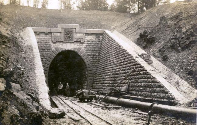 Portál Tunela gen. M. R. Štefánika so štátnym znakom ČSR.  Štátny znak už neni