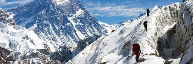 23 alpinistes et sherpas de l'expédition Everest Green visant à nettoyer le Toit du Monde, ont ramené plus de 5 tonnes de déchets en tout genre.