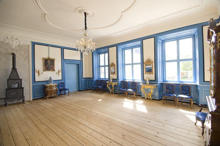 Hafslund Hovedgård | Hafslund Hovedgård  Storstuen i hovedfløyens østlige del er igjen blitt et spektakulært rokokko-værelse. Etter bygningsarkeologiske undersøkelser har Hafslund gjenskapt et genuint rokokko-interiør med unike kvaliteter. Da Hafslund Hovedgård sto ferdig i 1762, var det vi i dag har kalt «Mottagelsen» et av tre praktfulle audiens- og mottagelsesværelser. Rommet er rekonstruert og tilbakeført med bistand fra Norsk Institutt for Kulturminneforskning, Ri