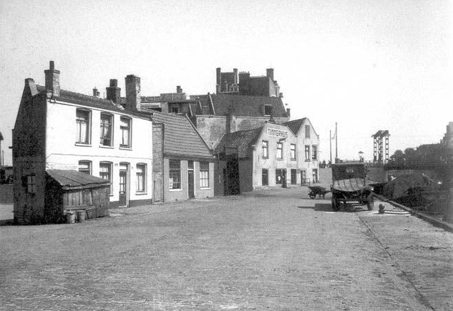 Voormalige herberg De Drie Baarsjes met rechtsachter de Wiegbrug, 1941.