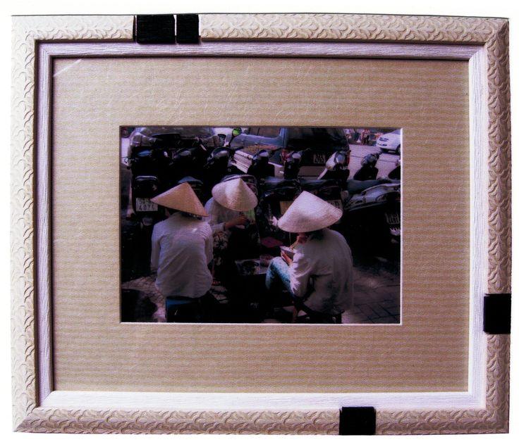 Photo encadrée avec moulures différentes incrustées. Encadrement réalisé par Isabelle, atelier