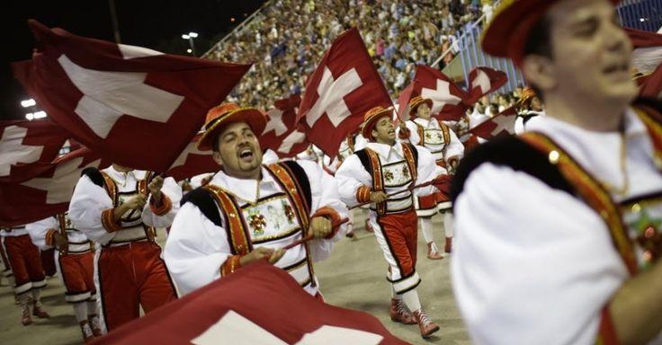 A Unidos da Tijuca desfilou na Sapucaí na madrugada desta terça-feira de Carnaval. O enredo da escola fazia homenagem à Suíça. Na foto, ala desfila com a bandeira do país europeu