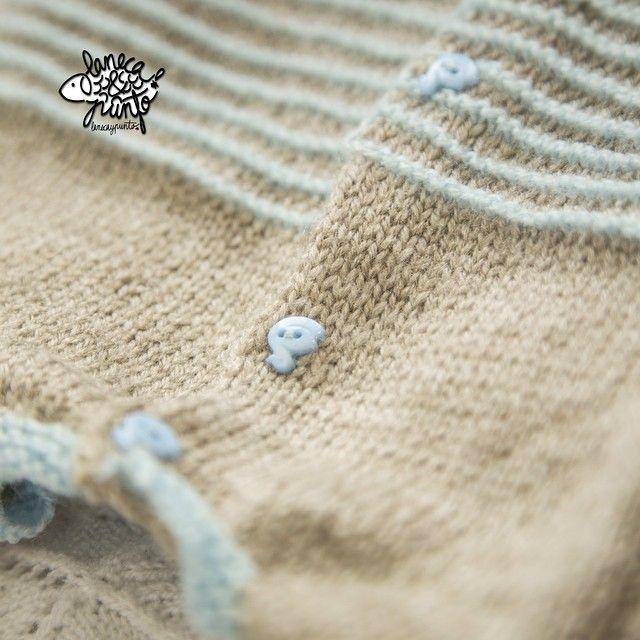 Buenos días lunes! Empezamos una nueva semana  habéis visto que botones más preciosos tiene este mini jersey??  para enamorarse ❤️ #knitforkids #loveknit #knit  #knitpicks #knitaddict #knitstagram  #knitspiration #knitforyourkid  #babyknits